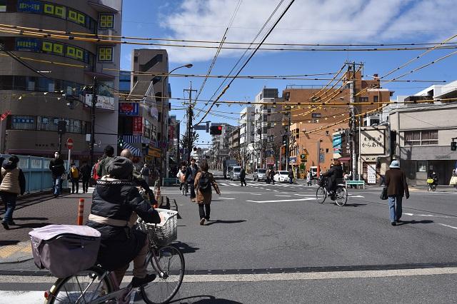 方南町駅すぐの交差点。商店街に向かう住人で賑わう|東京メトロ直通運転開始で便利になる街「北綾瀬」「方南町」をサキドリ取材してきた