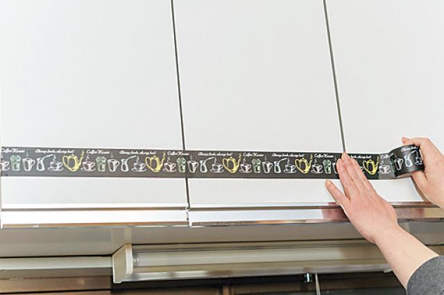 たまに遠くから見るようにして、マスキングテープがまっすぐになるように貼っていこう|【賃貸DIY】安くて簡単!キッチンを便利にかわいくするプチアイデア3選