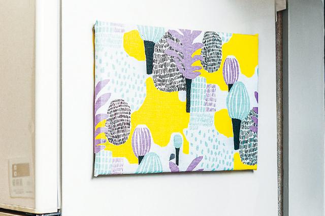 ダンボールとお気に入りの布で作るファブリックボードを飾れば、オシャレな北欧風キッチンに!|【賃貸DIY】安くて簡単!キッチンを便利にかわいくするプチアイデア3選