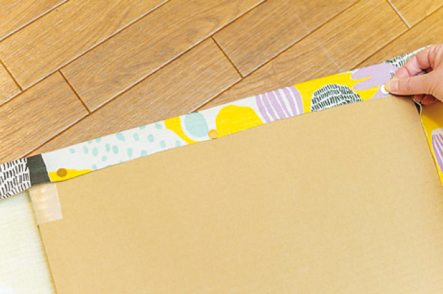 布を引っ張りながら作業すると◎|【賃貸DIY】安くて簡単!キッチンを便利にかわいくするプチアイデア3選