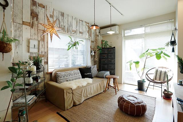 床や壁紙に色に合わせたソファがしっくりなじんでいる、整理収納アドバイザー・村上直子さんの自宅のリビング|失敗しないソファ選びのポイントを整理収納アドバイザー・村上直子さんに聞いてきた