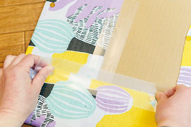 ファブリックボードの裏面は、飾ると見えなくなるので多少汚くてもOK|【賃貸DIY】安くて簡単!キッチンを便利にかわいくするプチアイデア3選