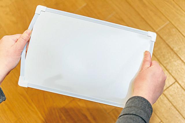 ホワイトボードのフレームをはずす際は、ケガをしないよう十分に注意して|【賃貸DIY】安くて簡単!キッチンを便利にかわいくするプチアイデア3選