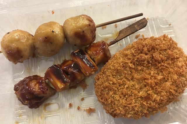 価格調査させてもらった御礼にスーパー「ベルクス」で惣菜を購入。特に、カレーコロッケ(写真右)がうまかった|東京メトロ直通運転開始で便利になる街「北綾瀬」「方南町」をサキドリ取材してきた