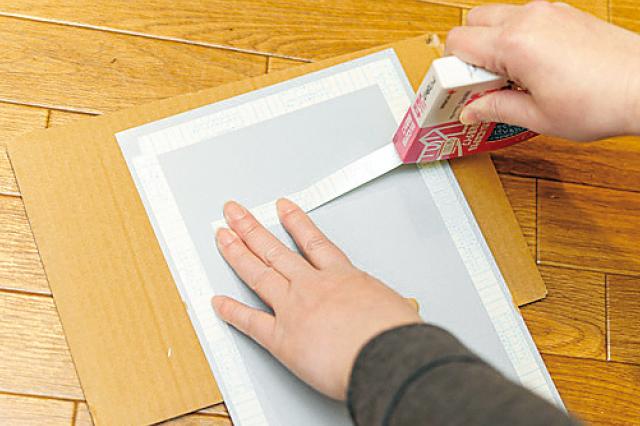 弱粘着タイプの両面テープで貼っているので、賃貸物件に必須の「原状回復」の心配もナシ!|【賃貸DIY】安くて簡単!キッチンを便利にかわいくするプチアイデア3選