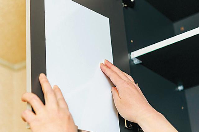 マグネットボードは自分が見やすい位置に貼ろう|【賃貸DIY】安くて簡単!キッチンを便利にかわいくするプチアイデア3選