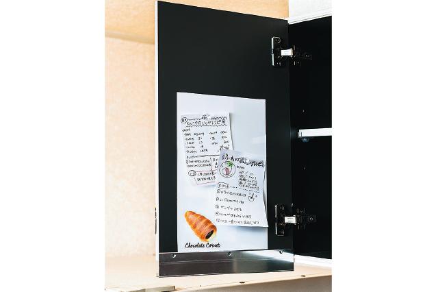 メモやショップカード、紛失しやすいキッチン小物の取扱説明書を貼っておくのもいい|【賃貸DIY】安くて簡単!キッチンを便利にかわいくするプチアイデア3選