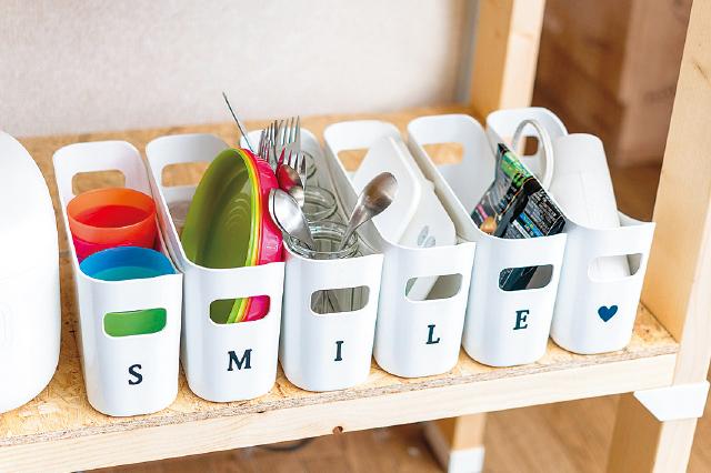 見せる収納の長所は「取り出しやすく、片付けやすい」こと。よく使うカトラリーや調味料、調理小物の収納にピッタリ|【賃貸DIY】100均グッズを活用してキッチンを賢くスッキリさせる収納アイデア3選