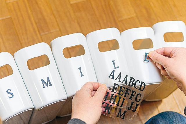 キャンドゥのアルファベットシールで好きな単語になるよう貼ってみよう!今回はSMILEという単語にしてみた|【賃貸DIY】100均グッズを活用してキッチンを賢くスッキリさせる収納アイデア3選