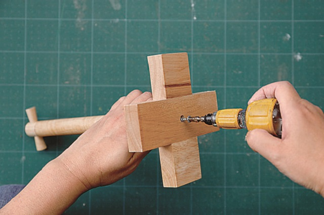 ドライバーを使って分解する|ニトリの木製ボウルでお菓子&カップ入れを作ろう!