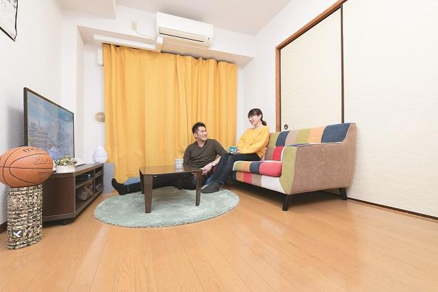 広いリビングでくつろぐ斎藤さんご夫婦。先輩カップルに、二人暮らしの部屋探しのコツを聞いてみよう!|同棲・結婚生活の参考に!新婚さんに聞いた、結婚を見据えた二人暮らしの部屋探しのコツ