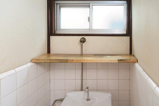 【賃貸DIY】100均のリメイクシートと段ボールを使ってトイレに収納棚を作ろう!