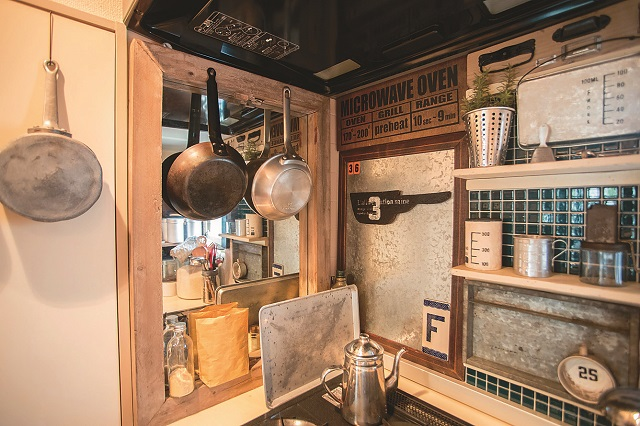 色味を抑えて全体に統一感をもたせているキッチン|【インテリアコーディネート術】まるで雑貨屋!ヴィンテージを上手く取り入れた部屋づくりのコツ