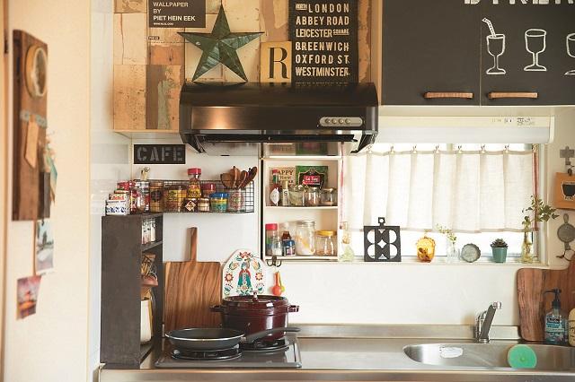 キッチンに黒板シートを貼っておしゃれにアレンジ。木目調のキッチングッズに黒がよく映えている|【インテリアコーディネート術】美術製作スタッフの居心地の良い部屋づくりとは?