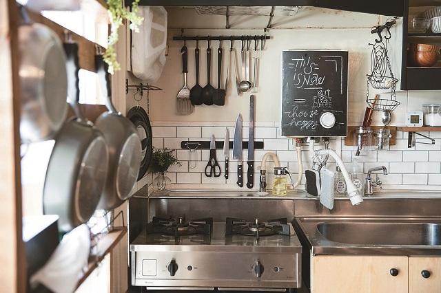 色味を統一してスッキリさせたキッチン。道具を見せる収納として採用するアイデアはマネしたいところ|【インテリアコーディネート術】古い賃貸物件をDIY!家族で楽しく暮らせる1LDKの作り方