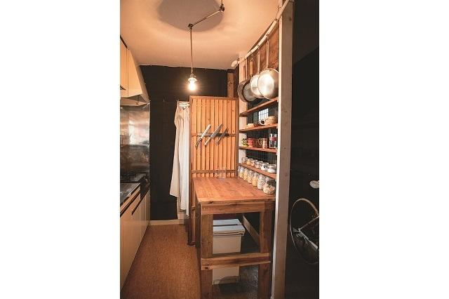 ディアウォールで作った間仕切りの前に作業台を設置。1Kのキッチンが機能的で使いやすくなっている|【インテリアコーディネート術】1Kの賃貸物件をDIY!おしゃれ男子学生の部屋づくり
