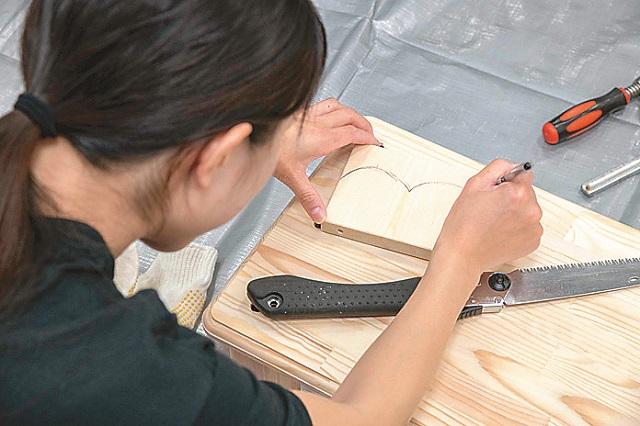 まずは切り出したSPF材にペンなどで切りたい形を描く。今回はふんわり弧を描いた装飾にしてみた|仮面女子・立花あんながDIYに挑戦! コーヒードリップスタンドを作ってみた