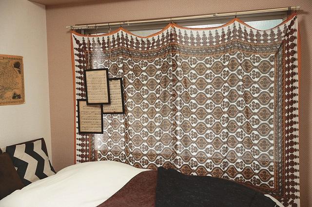 空間に馴染むよう、カーテンではなくお気に入りの布を選ぶのが、統一感のあるおしゃれ部屋にするコツ|【インテリアコーディネート術】雑貨や古着を飾っておしゃれな男子部屋をつくるコツ