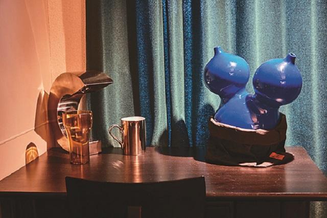 シンプルなテーブルの上に置くことで、ブルーの花瓶が映える 【インテリアコーディネート術】1LDKのレイアウト実例!個性的かつオシャレにするコツとは