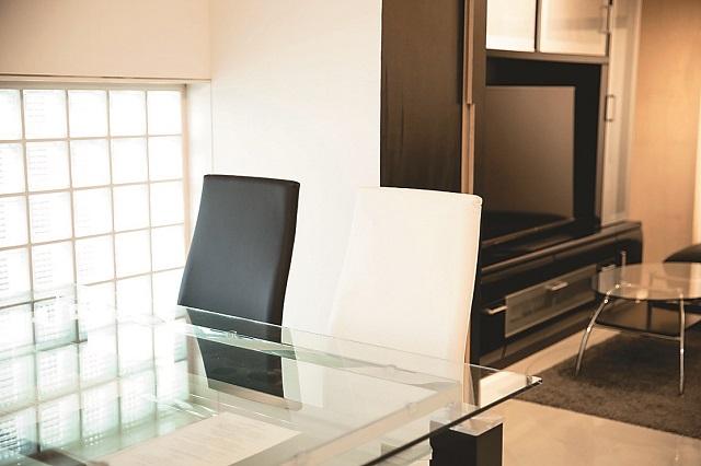 白と黒の椅子にガラスのテーブルをコーディネート。ガラステーブルをリビングに置くことで、部屋を広く見せている|【インテリアコーディネート術】不動産アドバイザーから学ぶ、シンプルな部屋作りのヒント