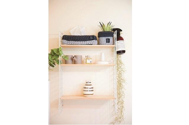 100均グッズでDIYした飾り棚。棚には物を置きすぎず、なるべくスッキリさせているとのこと|【インテリアコーディネート術】整理収納アドバイザーのモノトーン&シンプルな部屋作り