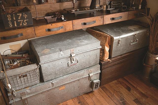 ブリキのトランクを収納として使用することで、すっきりするだけでなくオシャレな空間に!|【インテリアコーディネート術】まるで雑貨屋!ヴィンテージを上手く取り入れた部屋づくりのコツ