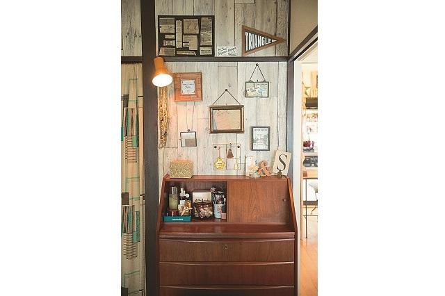 壁に飾ってある複数のフォトフレームは、異なるデザインながらも、アンティーク調のものを使い統一感を出している|【インテリアコーディネート術】美術製作スタッフの居心地の良い部屋づくりとは?