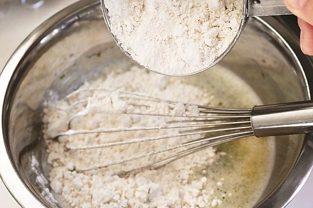 粉っぽい生地にならないよう、粉は2~3回に分けて加えよう|【再現レシピ】簡単なのに本格的!「銀だこ」風のたこ焼き作りにチャレンジ
