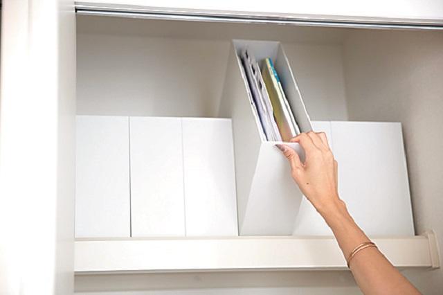 散らばりがちな書類などもボックスを数個並べてスッキリ収納|【インテリアコーディネート術】インスタグラマーに聞く2LDKでシンプルに暮らすコツ