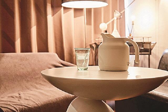 個性的な形の家具も、シンプルな色味なら部屋に馴染みやすい 【インテリアコーディネート術】1LDKのレイアウト実例!個性的かつオシャレにするコツとは