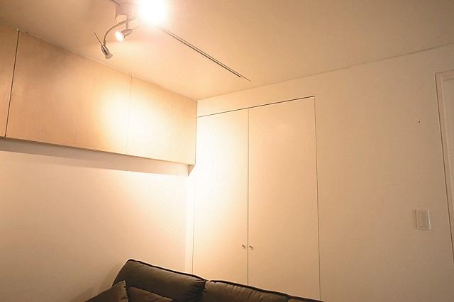 リビングのソファまわりに、やわらかな光の間接照明を使ってよりリラックスした空間を演出|【インテリアコーディネート術】不動産アドバイザーから学ぶ、シンプルな部屋作りのヒント