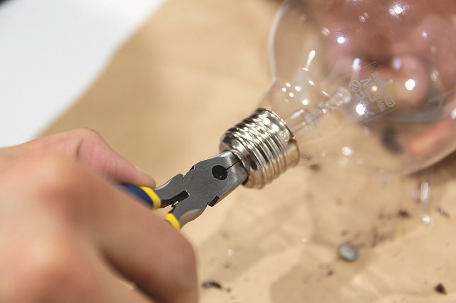 丁寧にゆっくり行おう|100均グッズで簡単&オシャレな電球テラリウムの作り方