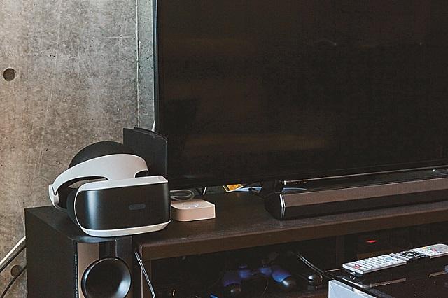 テレビ横に置いても目立つ機器|【インテリアコーディネート術】ロフト付き1Kを居心地のよい空間に!ゲームディレクターの部屋づくりポイント紹介