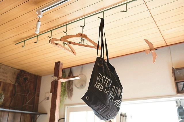 意外と便利なフック。鞄や帽子を掛けたりいろいろな使い方ができる|【インテリアコーディネート術】まるで雑貨屋!ヴィンテージを上手く取り入れた部屋づくりのコツ