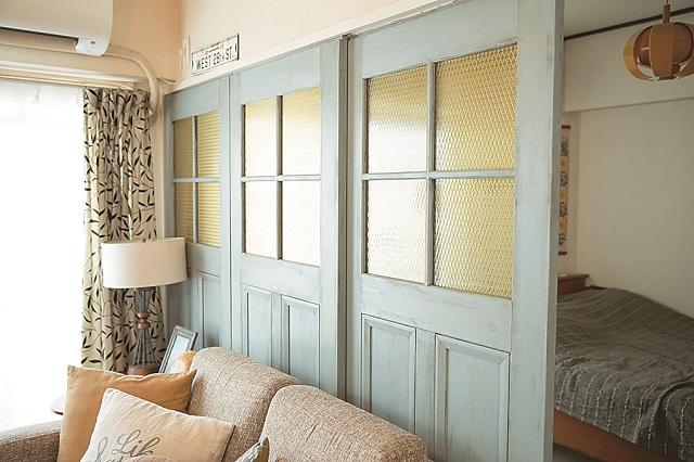 襖をガラス戸に付け替えたことで、おしゃれなだけでなく、やわらかい光の入る寝室になっている|【インテリアコーディネート術】美術製作スタッフの居心地の良い部屋づくりとは?