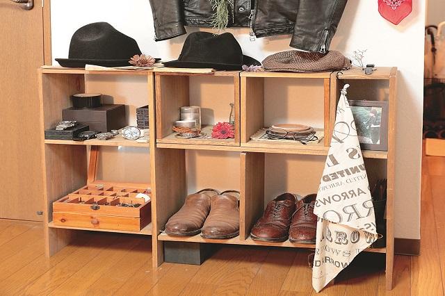 自作のシェルフは入れたいものに合わせて構造を変えられるので便利。ここでもやっぱりオシャレアイテムを飾り、見せる収納で雰囲気を演出している|【インテリアコーディネート術】雑貨や古着を飾っておしゃれな男子部屋をつくるコツ
