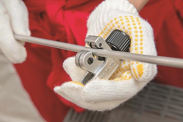 パイプカッターも回しながら切るようなイメージで使用する|仮面女子・立花あんながDIYに挑戦! コーヒードリップスタンドを作ってみた