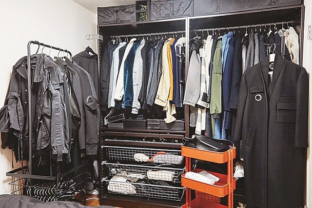 クローゼットの扉を外して服を選びやすくしている 【インテリアコーディネート術】1LDKのレイアウト実例!個性的かつオシャレにするコツとは