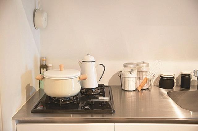 白を黒を基調にしたキッチンまわりは清潔感も◎|【インテリアコーディネート術】部屋をくつろぎの空間に!モデルの1Rレイアウト実例