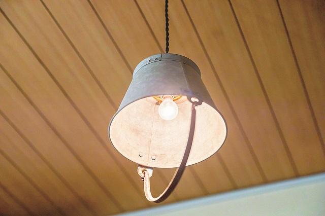 照明を変えるだけで部屋の印象もがらりと変わる。バケツを使って作ったという照明は部屋のアクセントに|【インテリアコーディネート術】まるで雑貨屋!ヴィンテージを上手く取り入れた部屋づくりのコツ