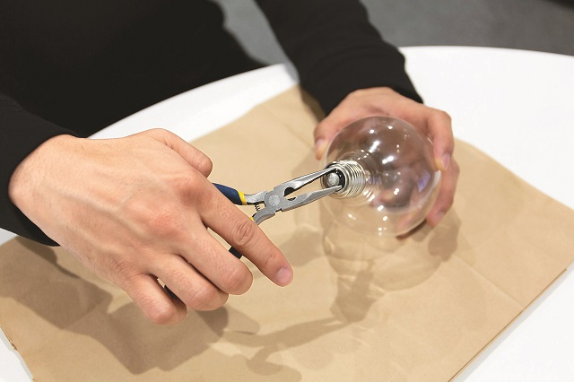 割れないように慎重に|100均グッズで簡単&オシャレな電球テラリウムの作り方