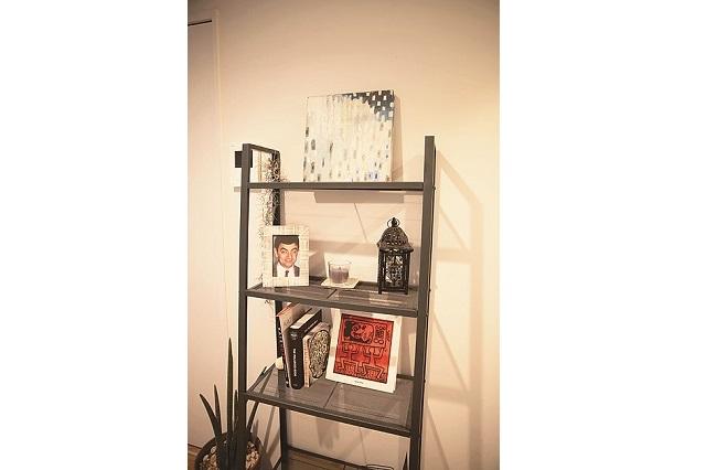 ディスプレイ棚にはオシャレなアートや本を並べている|【インテリアコーディネート術】部屋をくつろぎの空間に!モデルの1Rレイアウト実例