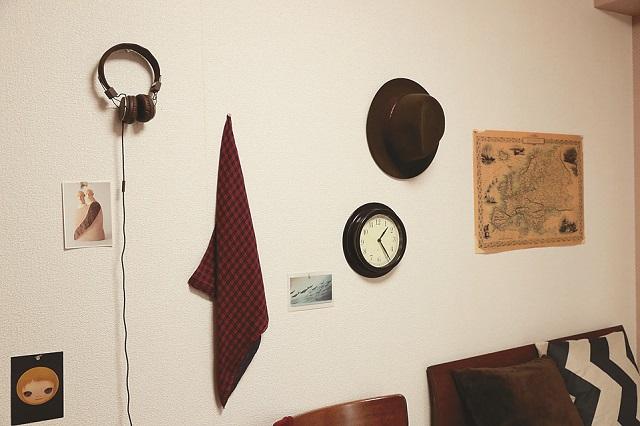 賃貸だと壁に大きな傷を付けられないが、虫ピンなどの極細のピンを使えば壁に飾るインテリアも楽しむことができる|【インテリアコーディネート術】雑貨や古着を飾っておしゃれな男子部屋をつくるコツ