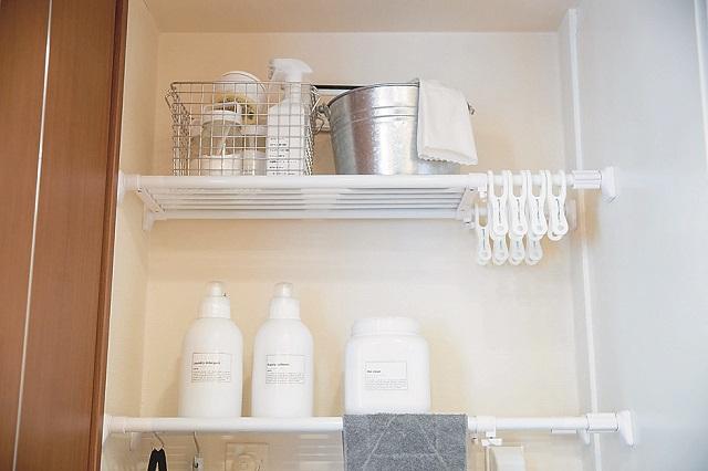 洗剤のボトルだけでなく、洗濯ばさみなども白で統一。このひと手間が空間をスッキリさせるコツだ|【インテリアコーディネート術】整理収納アドバイザーのモノトーン&シンプルな部屋作り