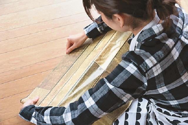 シワができる場合はタオルや布で伸ばしながら行うと◎|【賃貸DIY】100均のリメイクシートと段ボールを使ってトイレに収納棚を作ろう!