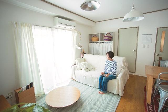 1LDKの賃貸物件に夫婦で二人暮らしをしているライフオーガナイザー・こずこずさんに、こだわりの部屋づくりを学ぶ!|【インテリアコーディネート術】1LDKで二人暮らし!シンプルかつ居心地のよいレイアウトとは?