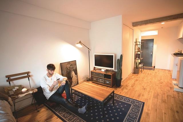 1Rに住むファッションモデルのベンジャミンさんに、こだわりの部屋づくりを学ぶ!|【インテリアコーディネート術】部屋をくつろぎの空間に!モデルの1Rレイアウト実例