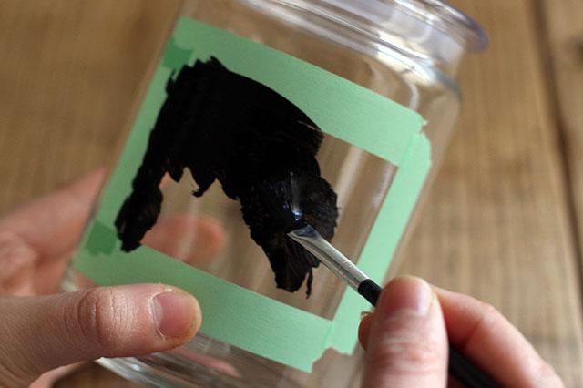 黒板塗料を塗ったら一晩ほどおいて乾かす(面積や塗り厚によって異なる) 【賃貸DIY】ラベルや小物入れに!100均の黒板塗料でオシャレなカフェ風アレンジ術