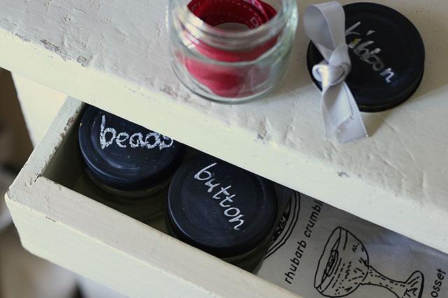 ビンのキャップを黒板塗料でラベルにしてしまえば、引き出しの中もスッキリ整理できる 【賃貸DIY】ラベルや小物入れに!100均の黒板塗料でオシャレなカフェ風アレンジ術