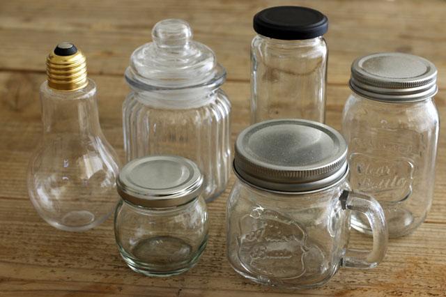 100均のガラスボトル。シンプルなものからレトロ調なものなどさまざま|【賃貸DIY】100均でプチDIY!セリアのウォーターペイントでガラスボトルをオシャレ雑貨にリメイク